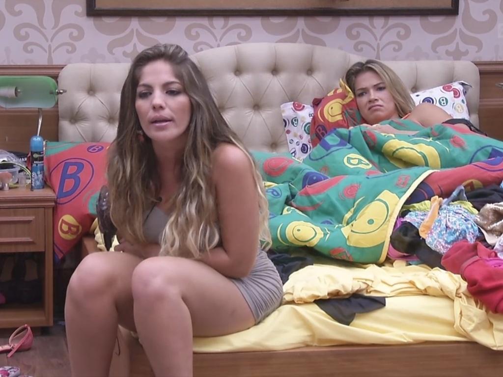 7.fev.2013 - Anamara e Fani conversam sobre sexo e vídeos íntimos no quarto