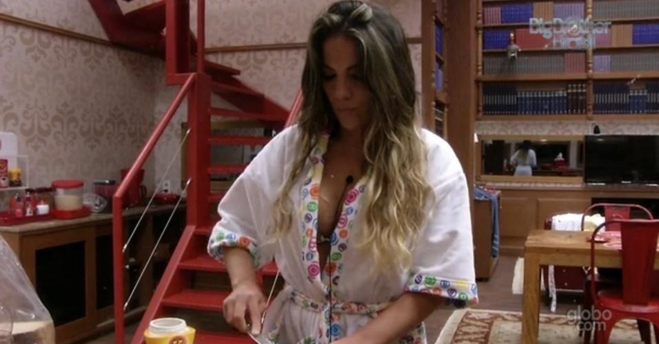 7.fev.2013 - Anamara prepara lanche no quarto Biblioteca