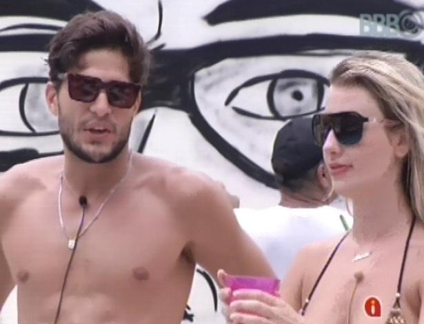 7.fev.2013 - André e Fernanda conversam, mas aproveitam a festa separadamente