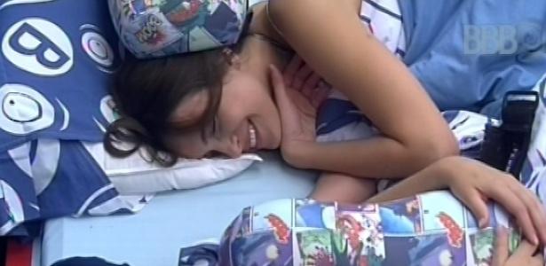 7.fev.2013 - Antes de voltar a dormir, Fernanda e Kamilla conversam sobre a festa que aconteceu nesta madrugada