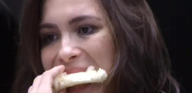 7.fev.2013 - Kamilla faz um sanduíche na cozinha da casa grande e come sozinha