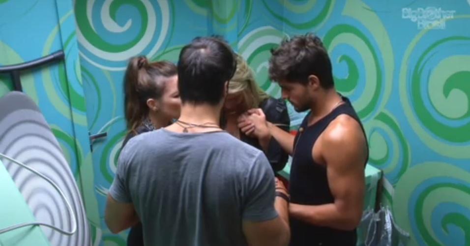 7.fev.2013 - Kamilla, Fernanda, André e Marcello rezam na despensa da casa