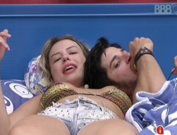 7.fev.2013 - Marcello deita em cima de Fernanda, comendo maçã