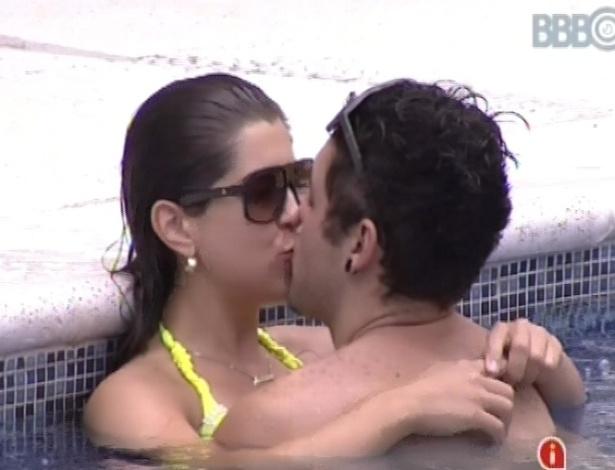 7.fev.2013 - Nasser e Andressa trocam beijos dentro da piscina durante festa
