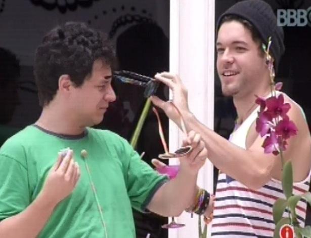 7.fev.2013 - Nasser e Ivan provam óculos de várias cores e formatos