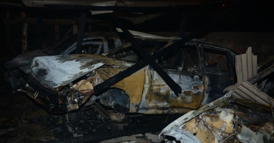7.fev.2013 - Veículos que estavam em um ferro velho localizado às margens de BR-470, em Navegantes (SC), foram incendiados na madrugada desta quinta-feira (7). O fogo começou por volta da meia-noite. Os bombeiros acreditam que o incêndio tenha sido criminoso. Vizinhos que acionaram o combate às chamas viram quando alguém ateou fogo aos carros. Três veículos queimaram completamente. O fogo foi controlado e não chegou a se espalhar pelo restante do estoque do ferro velho, que é um dos maiores localizados na região