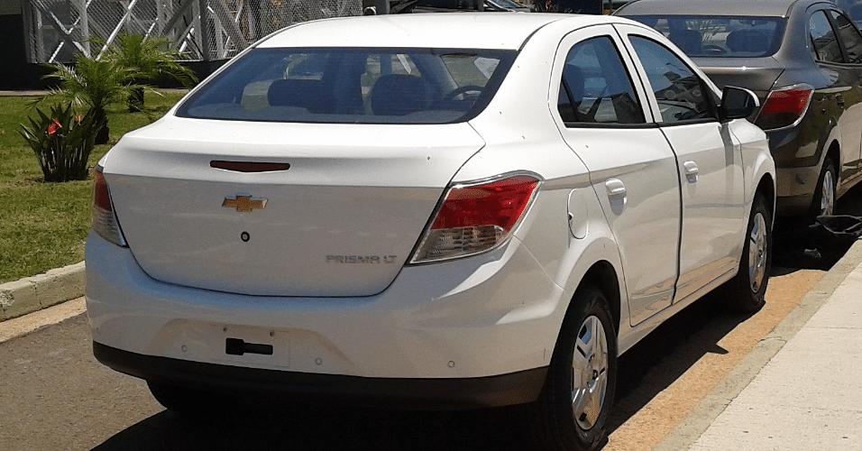 Chevrolet Prisma na versão básica LT, que traz calotas em vez de rodas de liga, é flagrado por leitor duas semanas antes do lançamento oficial