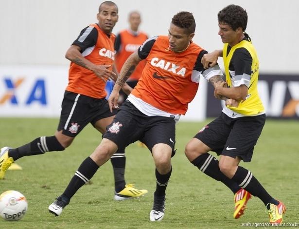 Guerrero, atacante do Corinthians, protege a bola em um treino no CT Joaquim Grava, observado por Emerson