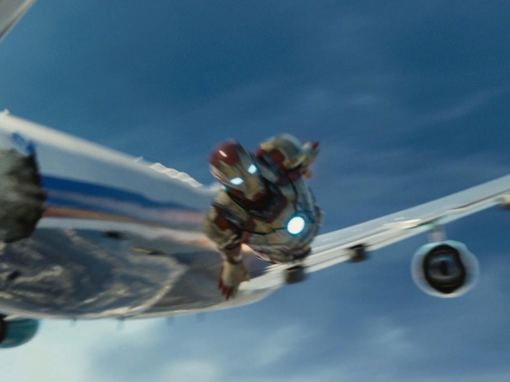 Homem de Ferro vooa ao lado de avião em cena do terceiro filme da franquia Marvel