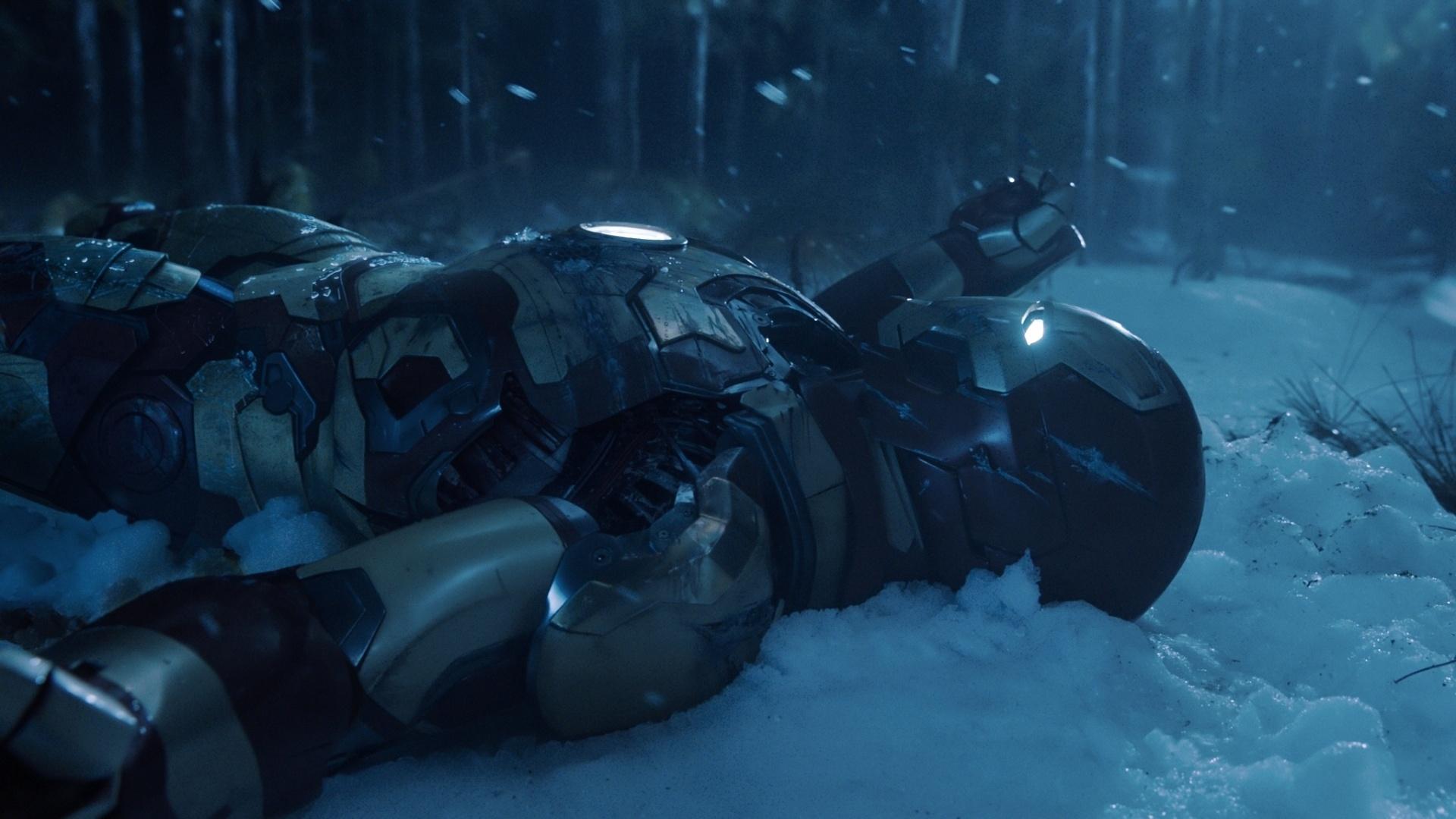 O Homem de Ferro aparece caído na neve após batalha em cena de