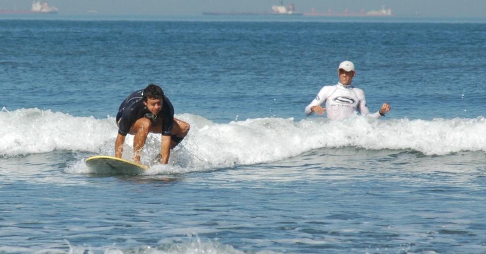 Valdemir Pereira Corrêa surfa com auxílio de professor Araña na Escola Radical
