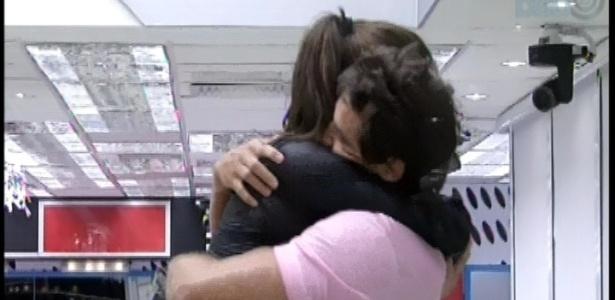 08.fev.2013 - Eliéser abraça apertado a líder Kamilla