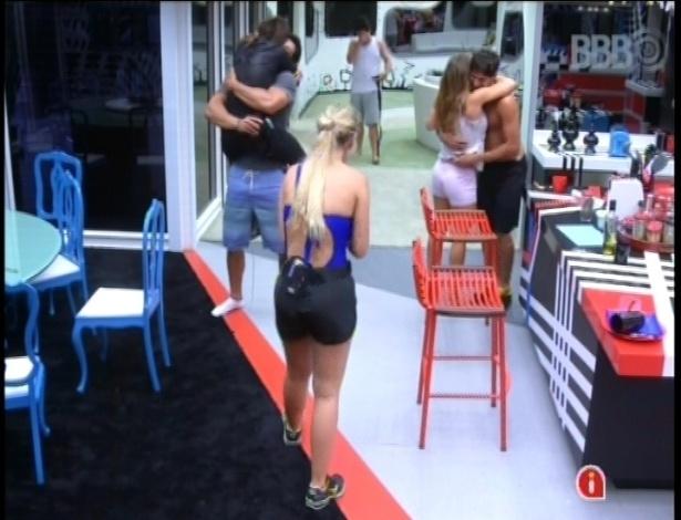 08.fev.2013 - Kamilla pula no colo de Marcello para comemorar a vitória; Fani também abraçou André