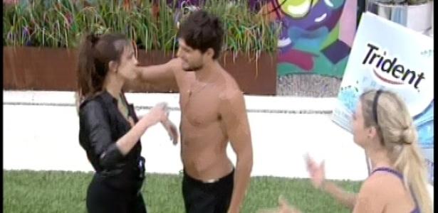 08.fev.2013 - Kamilla é coroada e abraçada por André e Fernanda após ganhar a liderança