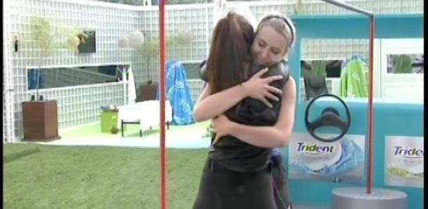 08.fev.2013 - Fernanda abraça Kamilla após desistir da prova de resistência que valia a liderança