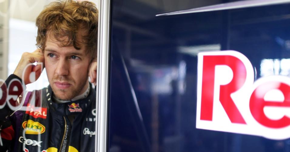 08.fev.2013 - Sebastian Vettel aguarda para voltar à pista durante testes coletivos em Jerez