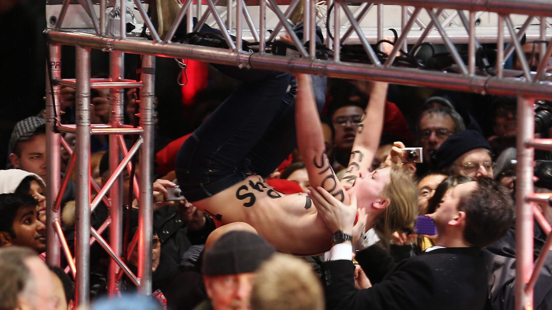 7.fev.2013 - Ativistas do grupo feminista Femen protestam  contra uma cena de mutilação sexual feminina no filme