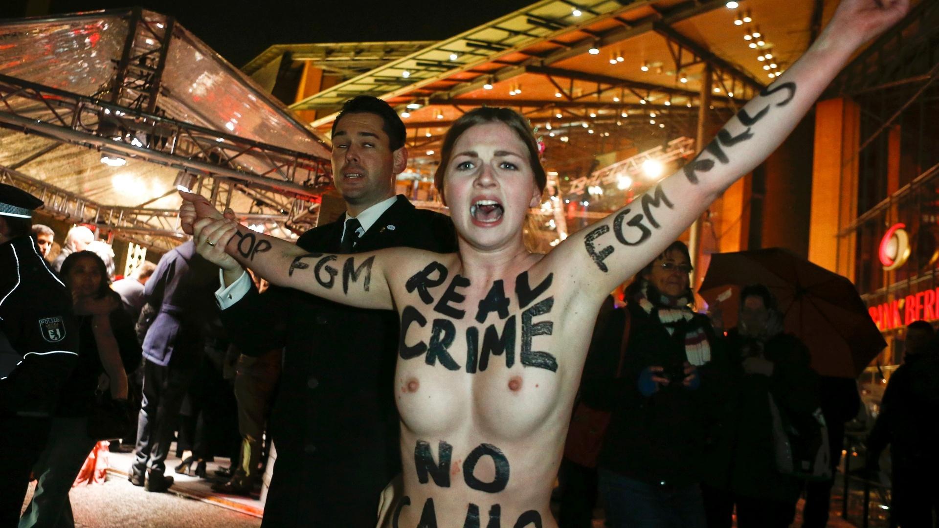 7.fev.2013 - Policiais prendem ativista do grupo feminista Femen pouco antes da exibição do filme