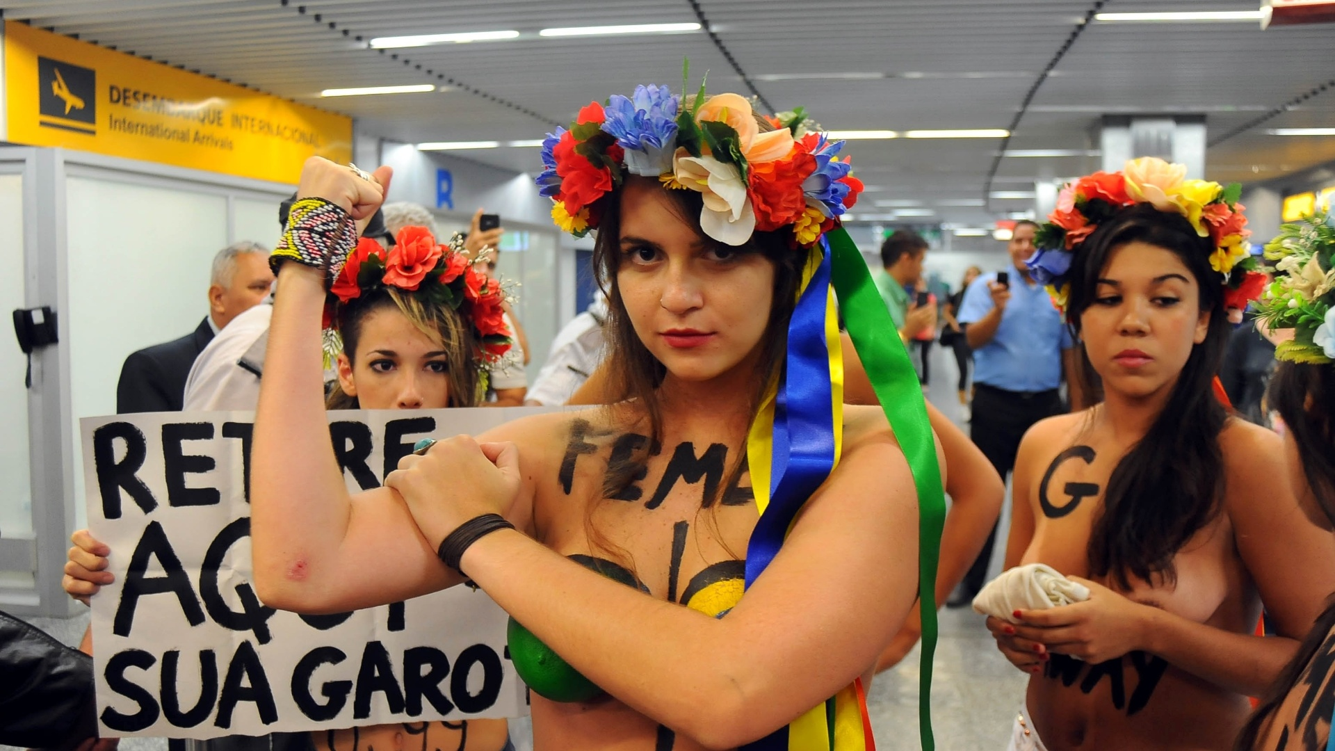 8.fev.2012 - Integrantes do grupo feminista Femen Brasil protestam contra o turismo sexual, no aeroporto do Galeo, no Rio de Janeiro 