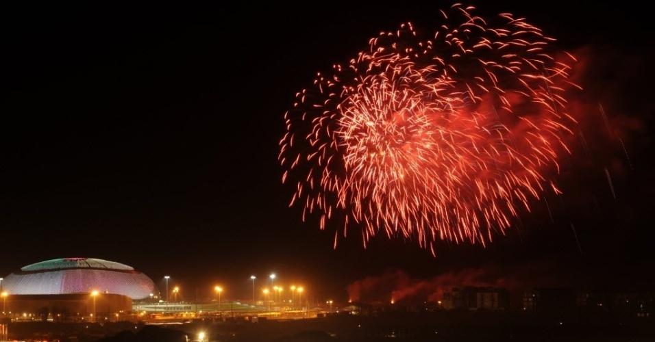 8.fev.2013 - Fogos de artifício explodem sobre resort em Sochi (Rússia) nesta quinta-feira (7), para celebrar o início da contagem regressiva de um ano para os Jogos Olímpicos de Inverno de Sochi. A abertura do evento esportivo será no dia 7 de fevereiro de 2014