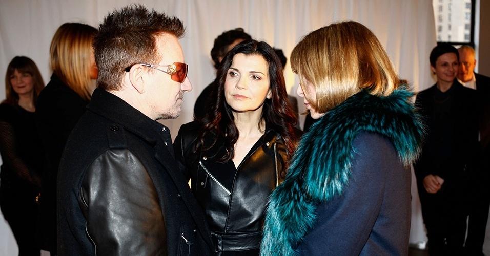 Bono Vox, Anna Wintour e Ali Hewson conversam no camarim da Edun durante a semana de moda de Nova York (07/02/2013)