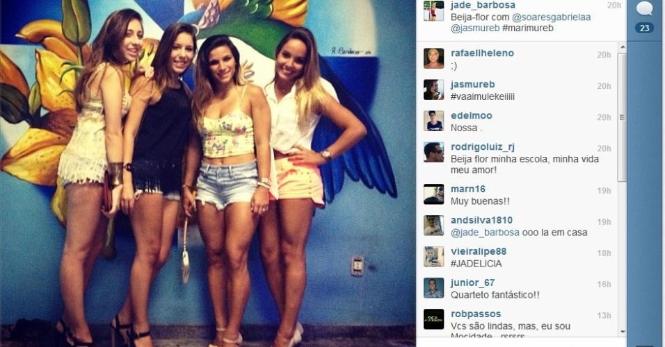 Jade Barbosa na quadra da Beija Flor ao lado das amigas