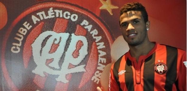 Léo, novo lateral direito do Atlético-PR