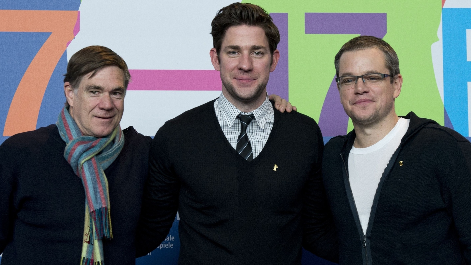 8.fev.2013 - O diretor Gus Van Sant (esq.) e os atores John Krasinski e Matt Damon participam da coletiva de imprensa do filme 