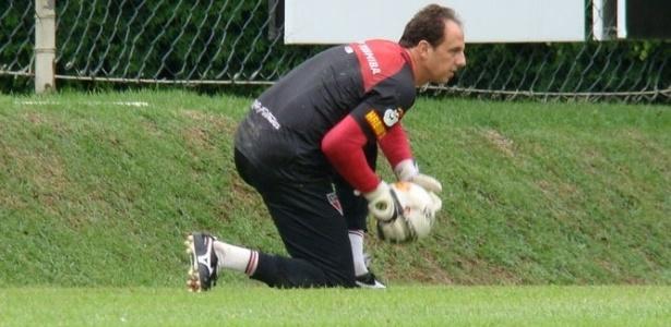 Rogério Ceni participa do treino do São Paulo e vai voltar a jogar contra o Guarani, em Campinas