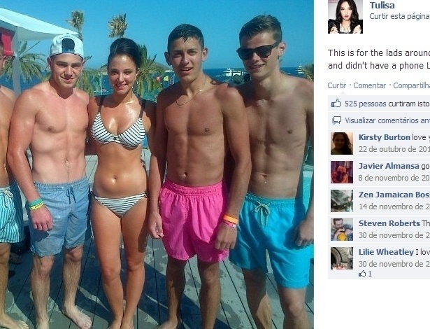 Tulisa posa de biquíni com fãs em Ibiza, na Espanha