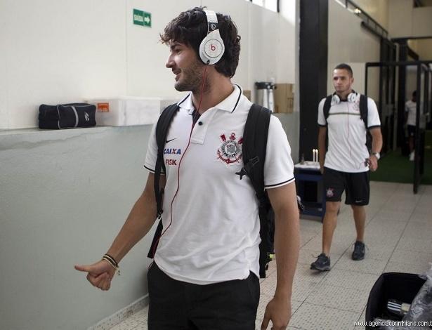 09.fev.2013- Alexandre Pato ouve música para se concentrar para a partida contra o São Caetano, pelo Campeonato Paulista