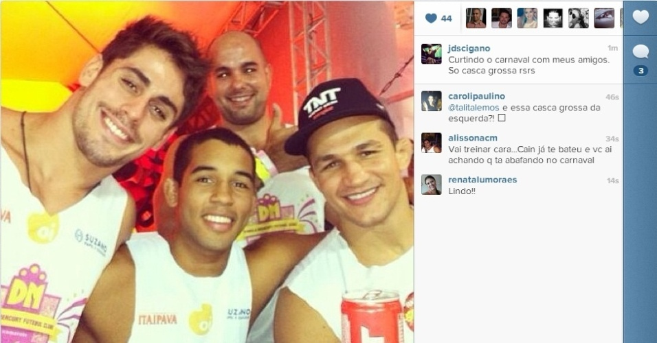 09.fev.2013- Ex-campeão do UFC Junior Cigano curte carnaval da Bahia com amigos