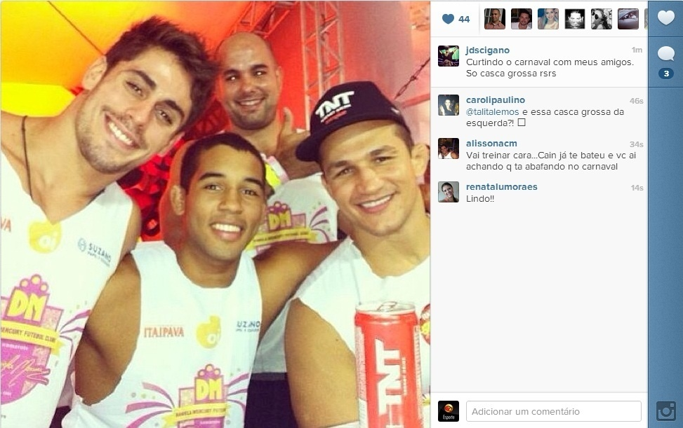 09.fev.2013- Ex-campeo do UFC Junior Cigano curte carnaval da Bahia com amigos 