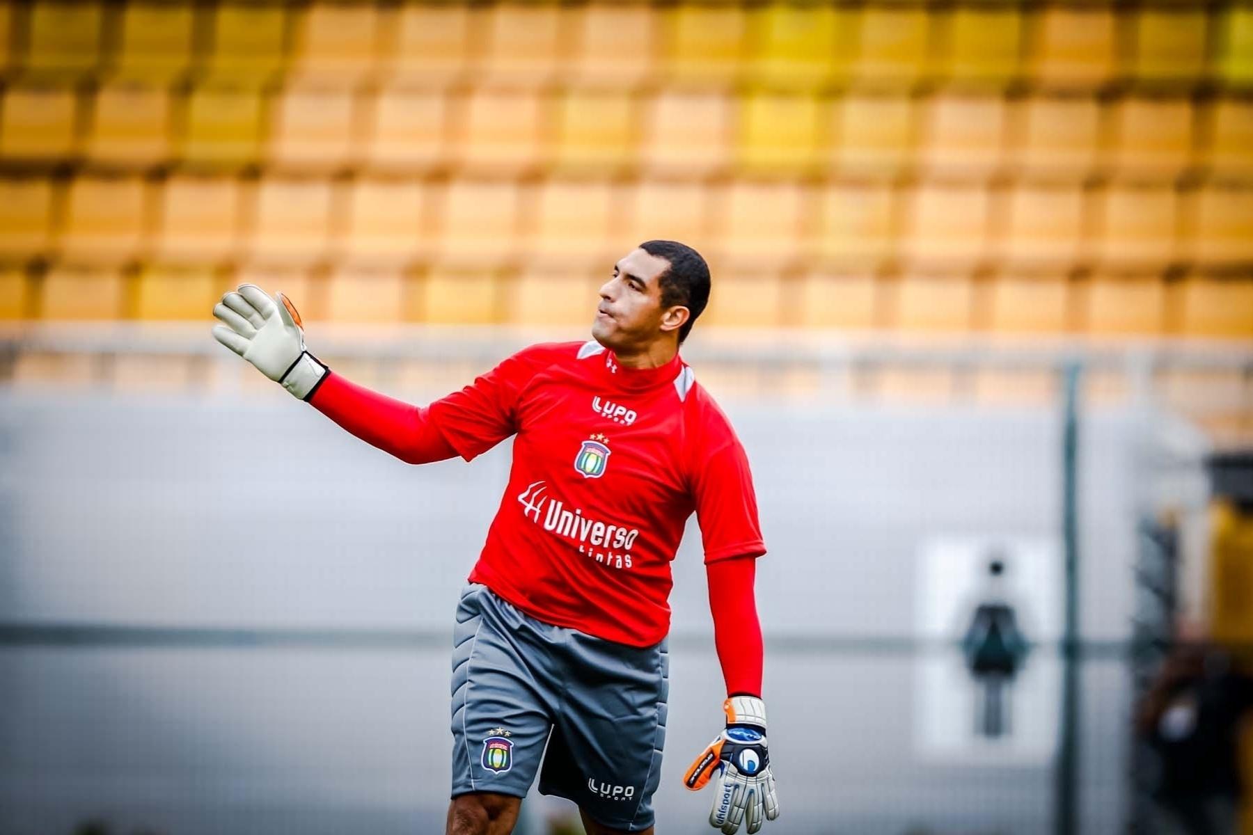 09.fev.2013- Goleiro Fábio Costa faz sua estreia com a camisa do São Caetano contra o Corinthians, pelo Campeonato Paulista