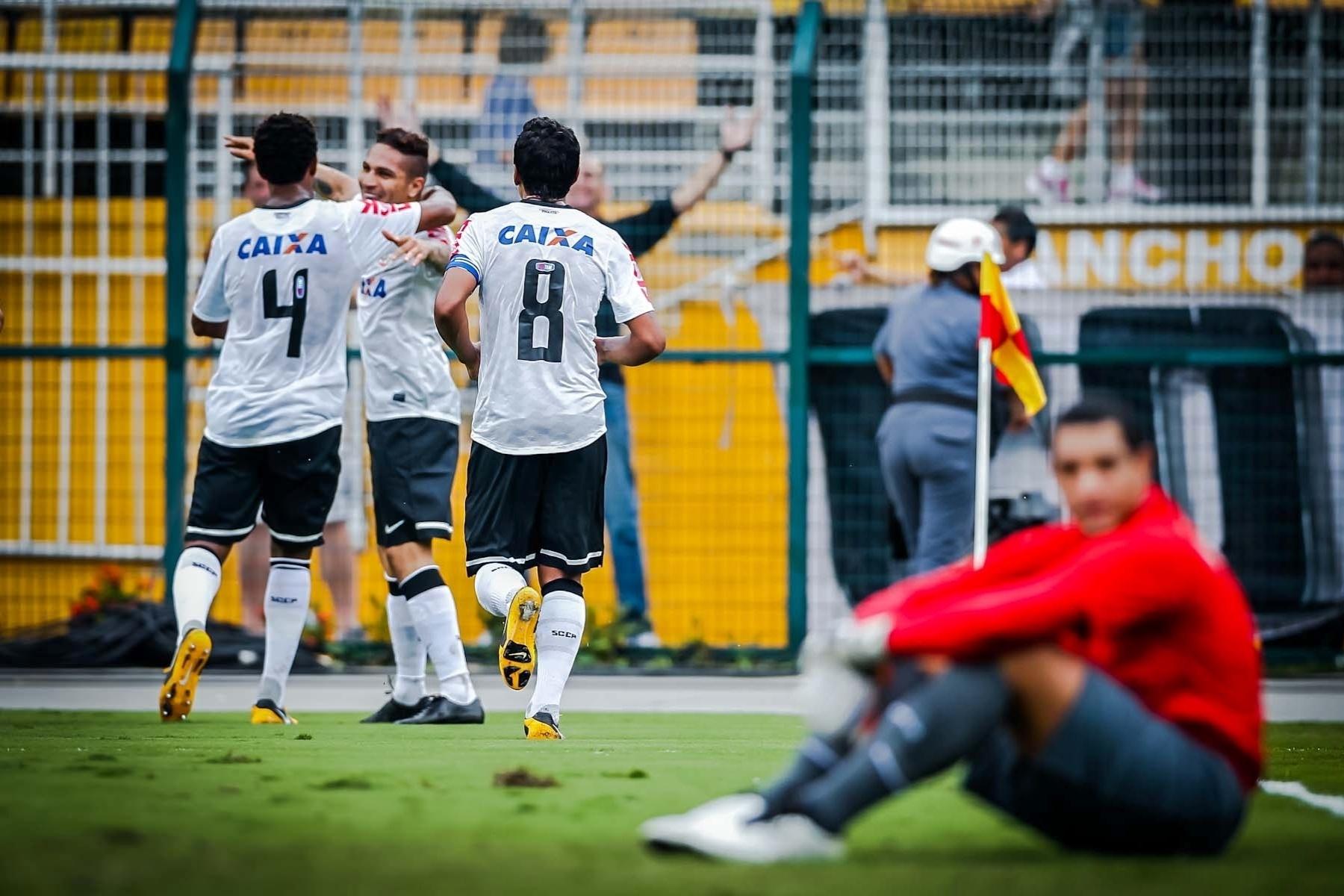 09.fev.2013- Jogadores do Corinthians comemoram gol de Guerrero contra o São Caetano no Pacaembu. Fábio Costa lamenta