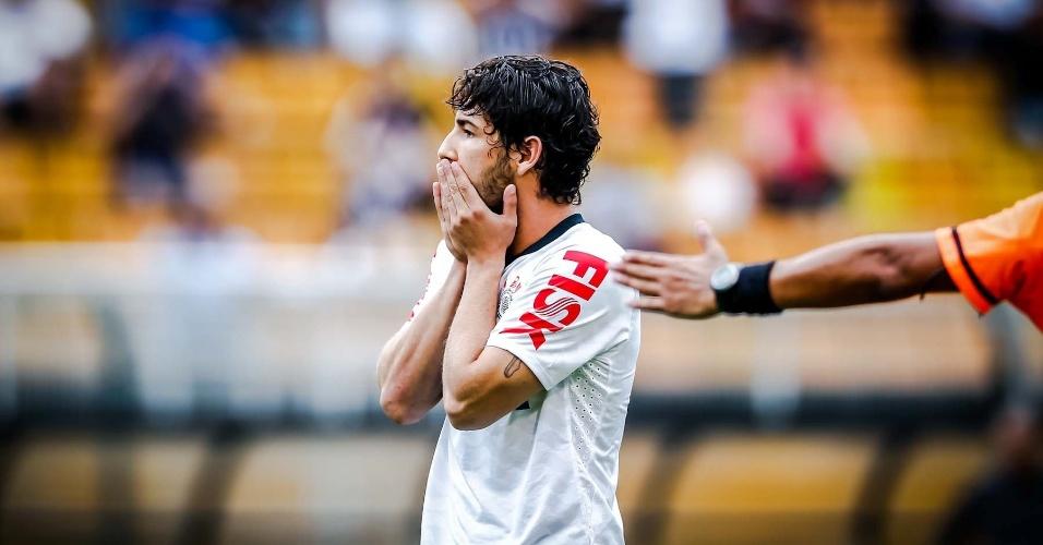 09.fev.2013- Pato lamenta chance perdida na partida contra o São Caetano no Pacaembu