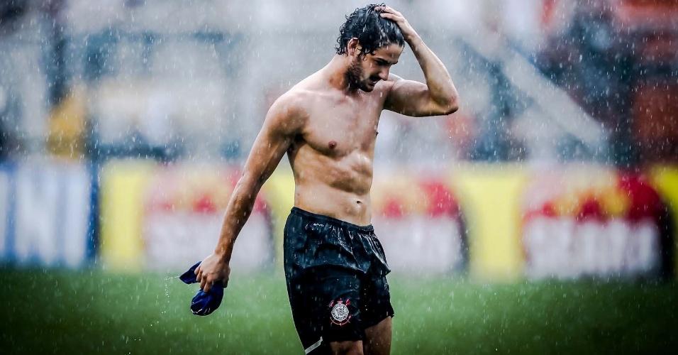 09.fev.2013- Pato tira a camisa após empate do Corinthians com o São Caetano no Pacaembu
