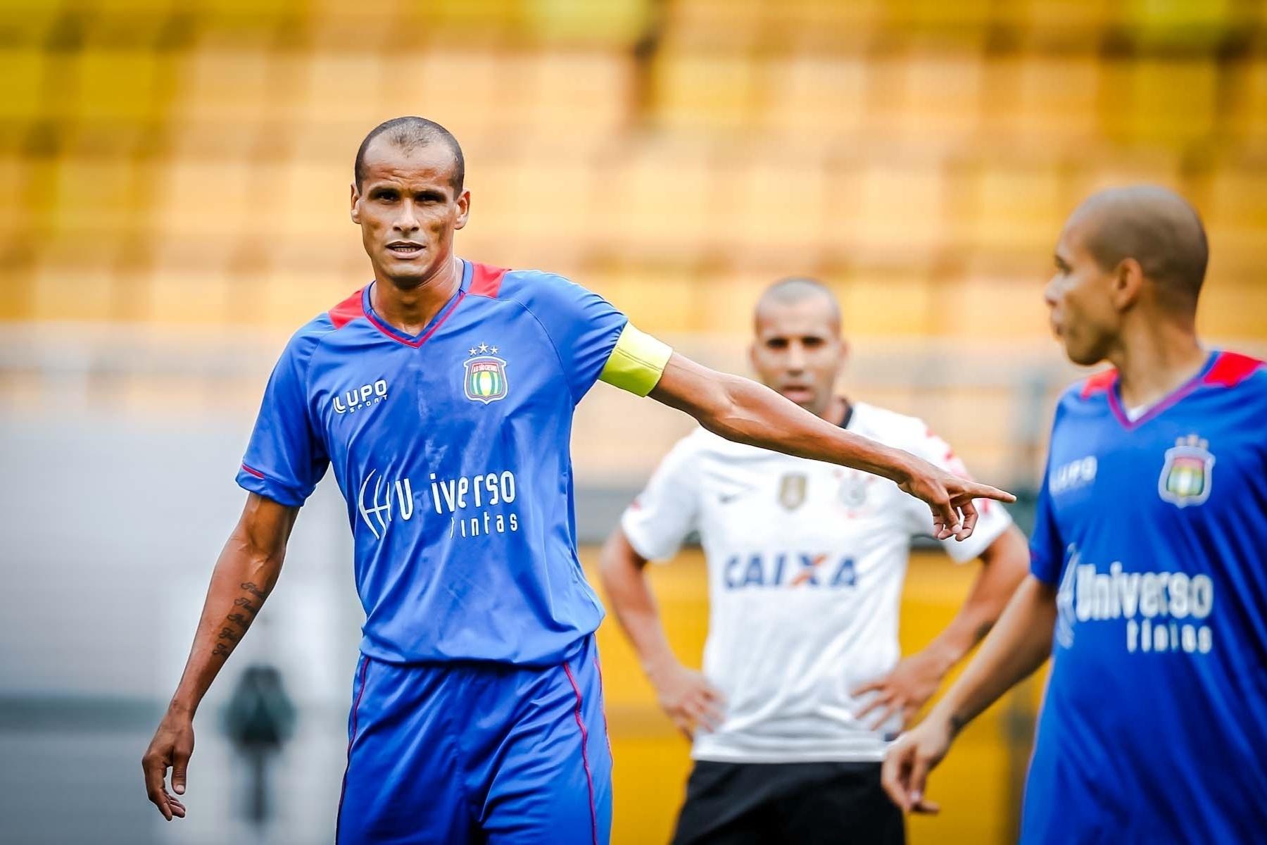 09.fev.2013- Rivaldo faz a sua estreia com a camisa do São Caetano como capitão contra o Corinthians, no Pacaembu