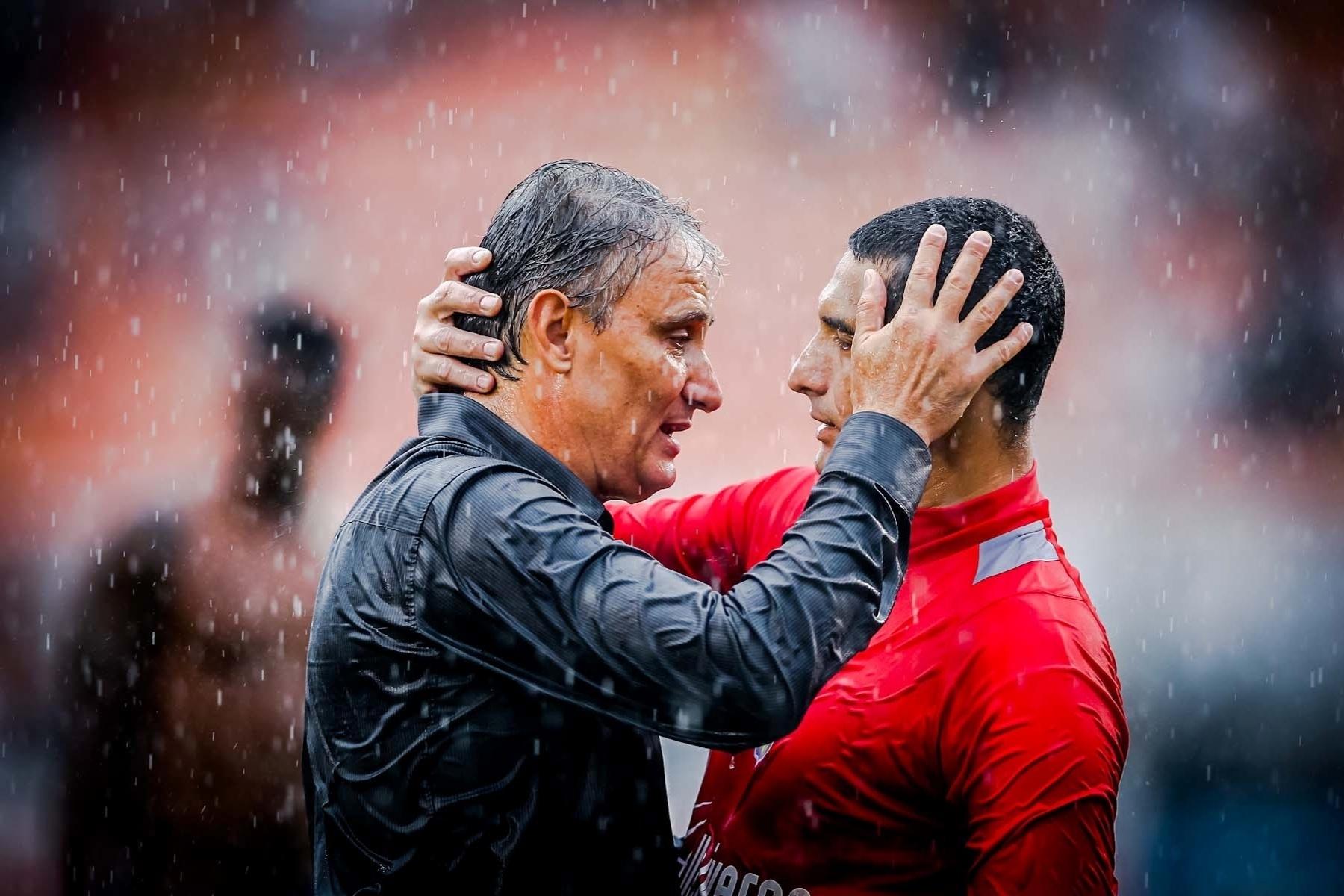 09.fev.2013- Técnico Tite cumprimenta Fábio Costa após empate entre Corinthians e São Caetano no Pacaembu