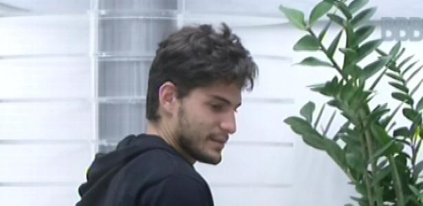 9.fev.2013 - André conversa com brothers sentados na sala após o toque de despertar