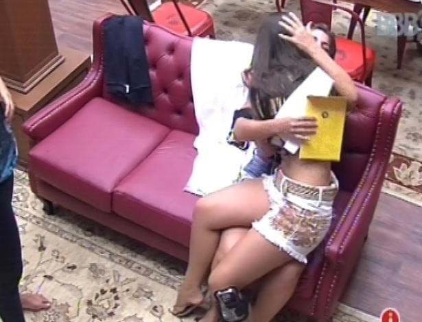9.fev.2013 - Andressa chora depois de ouvir Maroca ler a carta de recebeu de uma amiga, e as duas se abraçam