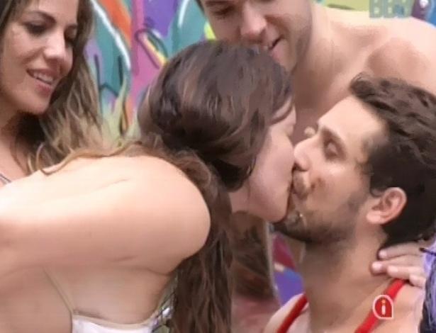 9.fev.2013 - Kamilla e Eliéser se dão um beijo depois de se sujarem com sorvete