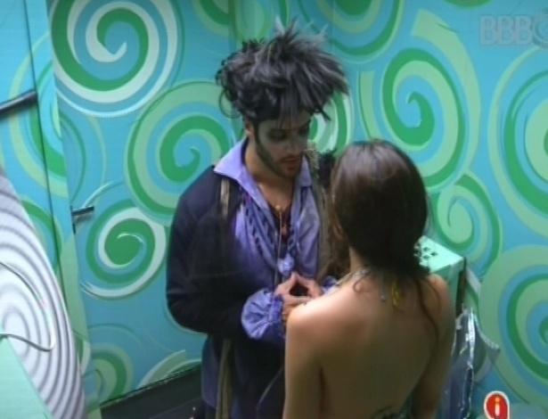 9.fev.2013 - Marcello conversa com Kamilla na despensa