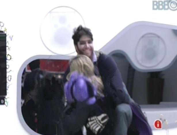 9.fev.2013 - Marcello e Fani brincam de se assustar durante castigo do monstro