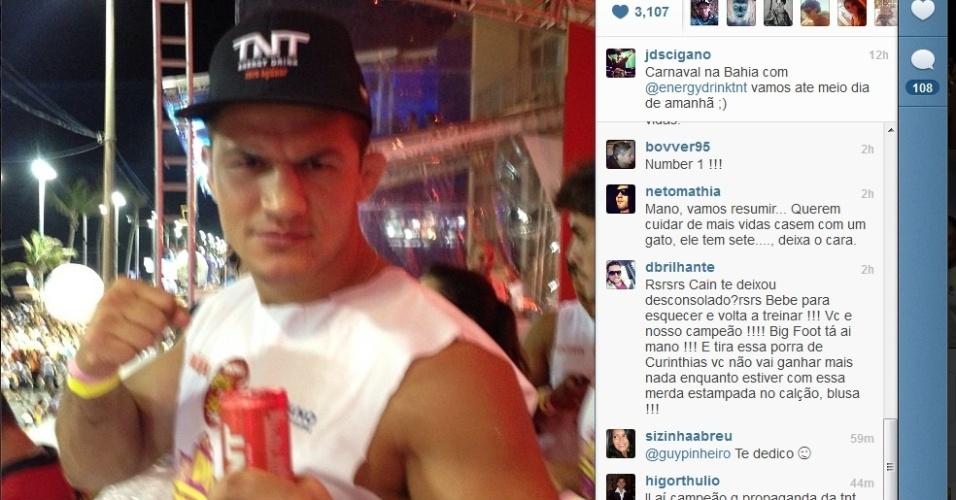 Ex-campeão do UFC Junior Cigano curte o carnaval nas ruas de Salvador e prometeu parar só ao meio dia deste sábado