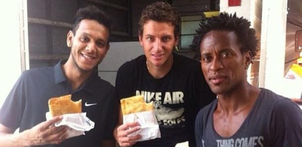 Souza, Elano e Zé Roberto almoçaram pastel em uma feira de Porto Alegre após treino do Grêmio (09/02/2013)