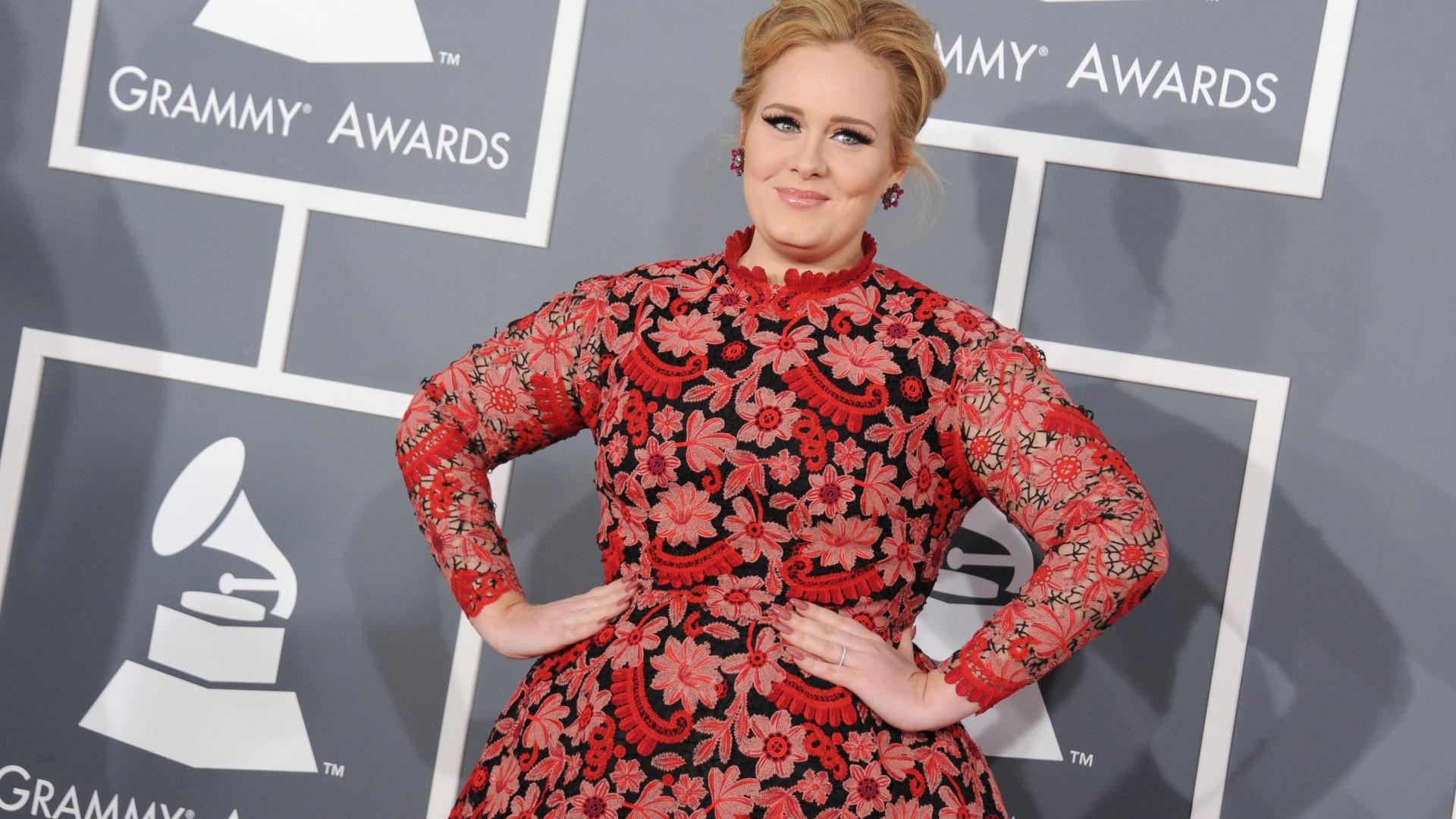 10.fev.2013 - Adele posa para os fotógrafos no tapete vermelho do Grammy