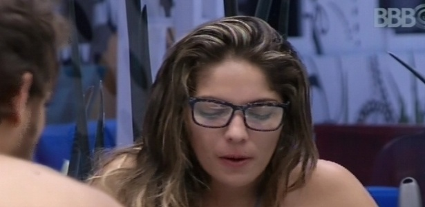 10.fev.2013 - Anamara almoça com o óculos que escolheu no quintal da casa
