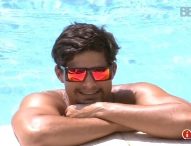 10.fev.2013 - André curte o sol e o óculos escuro dentro da piscina
