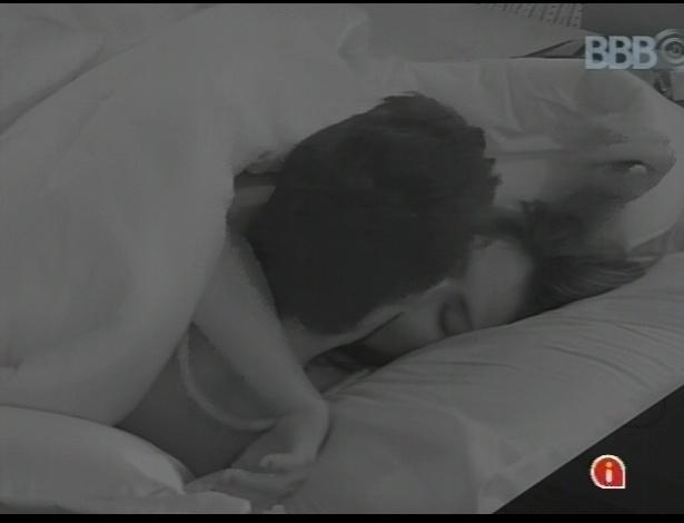 10.fev.2013 - Depois de comerem trufas, Kamilla e Eliéser se beijam e trocam carícias na cama